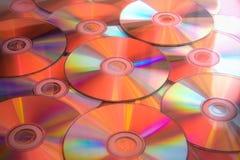 Lotti dei dischi cd alla luce rossa. Immagine Stock