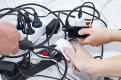 Lotti dei dispositivi sbocco-permessi a elettrici Risparmio di energia fotografie stock