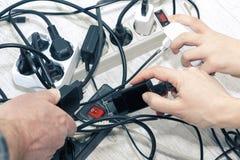 Lotti dei dispositivi sbocco-permessi a elettrici Risparmio di energia fotografia stock