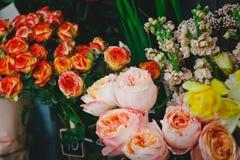 Lotti dei fiori in un negozio di fiore Fotografie Stock Libere da Diritti