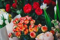 Lotti dei fiori in un negozio di fiore Fotografia Stock Libera da Diritti