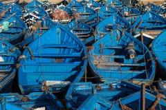 Lotti dei pescherecci blu nel porto di Essaouira, Marocco fotografie stock libere da diritti
