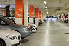 Lotti del parcheggio del seminterrato Fotografie Stock