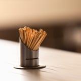 Lotti del toothpics sulla tavola di legno del ristorante Fotografie Stock Libere da Diritti