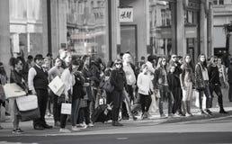 Lotti della gente, turisti, clienti dei londinesi che attraversano la via reggente Concetto popolato della città Londra, Regno Un Fotografia Stock Libera da Diritti