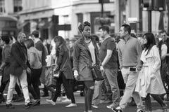 Lotti della gente, turisti, clienti dei londinesi che attraversano la via reggente Concetto popolato della città Londra, Regno Un Fotografie Stock Libere da Diritti