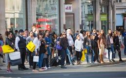 Lotti della gente, turisti, clienti dei londinesi che attraversano la via reggente Concetto popolato della città Londra, Regno Un Immagini Stock Libere da Diritti