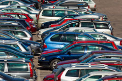 Lotti delle automobili che parcheggiano nella città Fotografie Stock