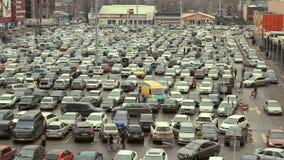 Lotti delle automobili che parcheggiano nella città archivi video