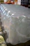 Lotti delle bottiglie di vetro per vari succhi ed inceppamenti Immagine Stock