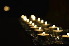 Lotti delle candele su un altare durante la celebrazione di preghiera Immagine Stock Libera da Diritti