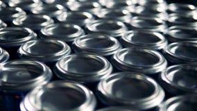 Lotti delle latte di alluminio del metallo su un trasportatore royalty illustrazione gratis