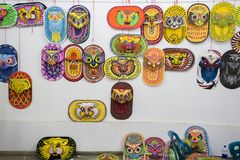 Lotti delle maschere che aspettano per celebrare il nuovo anno imminente del bengalese Immagine Stock