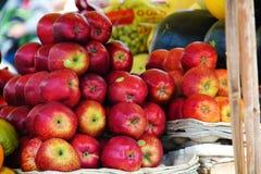 Lotti delle mele sulla via fotografia stock
