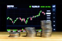Lotti delle monete ceche prima del grafico finanziario Fotografie Stock Libere da Diritti
