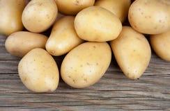 Lotti delle patate su vecchio legno Immagini Stock Libere da Diritti