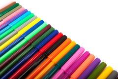 Lotti delle penne di indicatore assortite di colori isolate su fondo bianco Immagine Stock