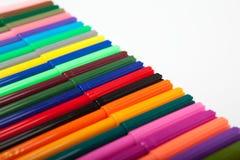 Lotti delle penne di indicatore assortite di colori isolate su fondo bianco Fotografia Stock Libera da Diritti