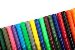 Lotti delle penne di indicatore assortite di colori isolate su fondo bianco Fotografie Stock Libere da Diritti