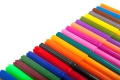 Lotti delle penne di indicatore assortite di colori isolate su fondo bianco Fotografia Stock