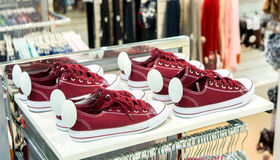 Lotti delle scarpe variopinte della scarpa da tennis sulla vendita Immagini Stock Libere da Diritti