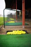 Lotti delle sfere di golf su un campo di golf Fotografie Stock
