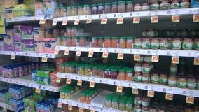 Lotti di alimenti per bambini che vendono al supermercato Immagini Stock