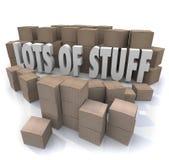 Lotti di immagazzinamento in disorganizzato sudicio Stockpi le scatole di cartone della roba Immagine Stock