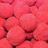 lotti di lana molle da vendere le palle nel deposito del tessuto e della lana Fotografie Stock Libere da Diritti