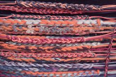 Lotti di retro braccialetti del hippy variopinto di varietà fotografie stock