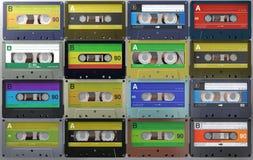 Lotti di retro ed audio cassette d'annata o delle cassette audio nelle etichette colorate differenti fotografia stock