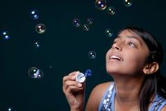 Lotti di salto della ragazza della bolla fotografia stock libera da diritti