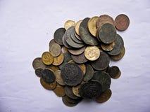 Lotti di vecchie monete di rame per il resvavration immagine stock