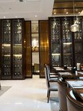 Lotti di vino e del suo gabinetto sulla stanza dinning in hotel immagini stock