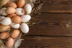 Lotti di vista superiore delle uova bianche e marroni su tela fotografia stock libera da diritti