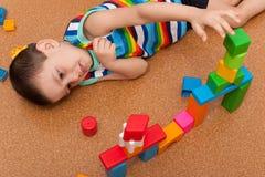 Lottle Junge, der Spielzeugblöcke spielt Stockfotografie