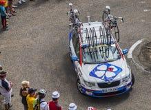 Lotto Belisol Team Technical Car in Pyrenäen-Bergen Stockbilder