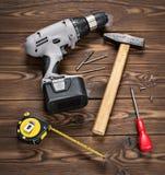 Lotto degli attrezzi per bricolage su superficie di legno Immagini Stock