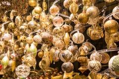 Lotto degli ornamenti di natale nel mercato Fotografia Stock
