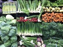 Lotto degli ortaggi freschi verdi, prodotti freschi sulla vendita immagine stock libera da diritti