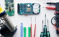 Lotto degli strumenti per lo smartphone del cellulare che ripara riparazione Immagine Stock