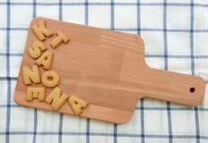Lotto dei biscotti ABC sul piatto di legno Fotografia Stock
