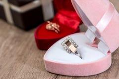 Lotto dei contenitori di regalo con i gioielli dell'oro Fotografia Stock Libera da Diritti