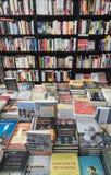 Lotto dei libri su un supporto del venditore di libro della via Fotografia Stock Libera da Diritti
