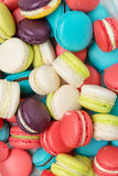 Lotto dei maccheroni variopinti Dessert francese tradizionale Fotografie Stock