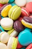Lotto dei maccheroni variopinti Dessert francese tradizionale Immagine Stock