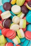 Lotto dei maccheroni variopinti Dessert francese tradizionale Fotografia Stock