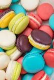 Lotto dei maccheroni variopinti Dessert francese tradizionale Immagini Stock