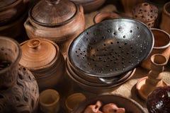 Lotto dei piatti ceramici: una colapasta ceramica, piatti, Fotografia Stock