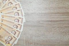 Lotto dei soldi bosniaci del marco convertibile isolati sullo scrittorio Immagine Stock